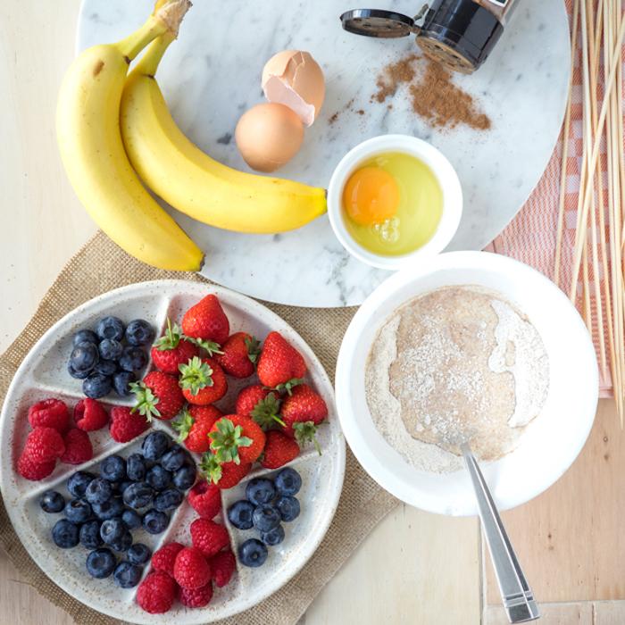 Zutaten für Pfannkuchen Spieße, Mehl Eier Banane Milch Zimt und frische Beeren, Blaubeeren Himbeeren und Erdbeeren