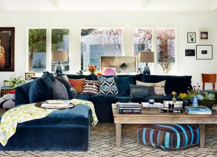 petrol farbe wand, weiße wand, petrolfarbenes sofa mit vielen bunten kissen, deko ideen in einem hellen raum