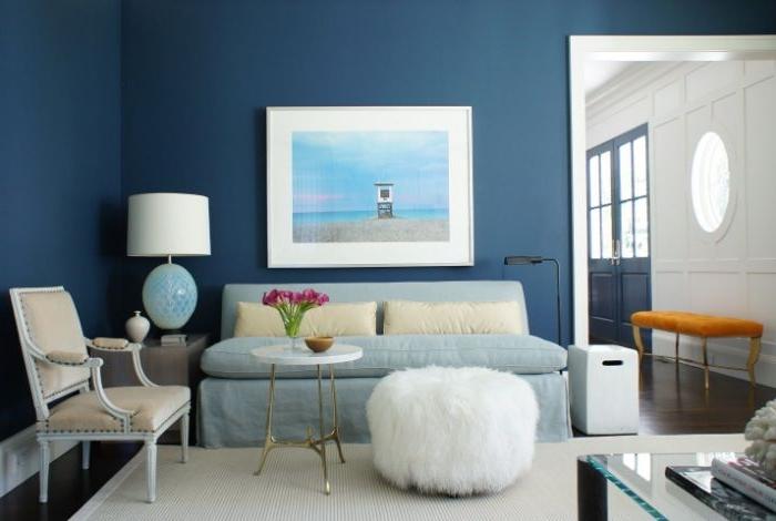 petrol farbe wand, wandgestaltung dunkelblau nuance des petrols, wanddeko bild in weiß und türkis, flauschiger hocker