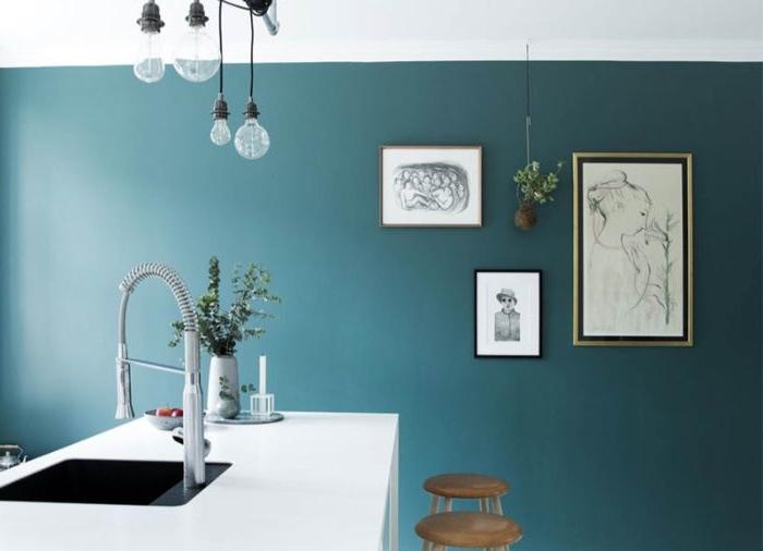 petrol farbe wand, wanddeko drei bilder und eine hängende pflanze, hocker, spülbecken, küchengestaltung