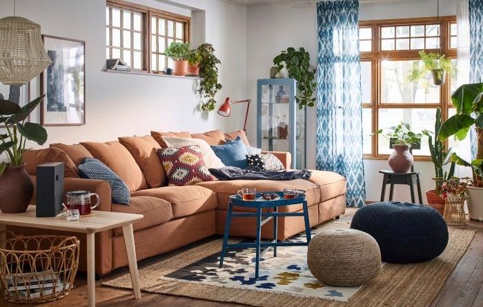 petrol farbe wiki ideen, bodenkissen, sofa, fenster, vorhänge weiß und petrolfarben kombination mit orangem sofa