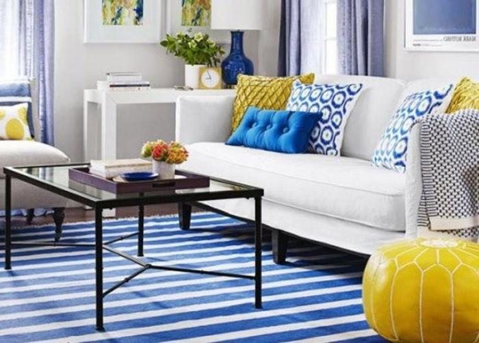 petrolfarbewiki ideen, blau und weiß streifen, gelber bodenkissen, weißes sofa, viele kleine bunte dekokissen