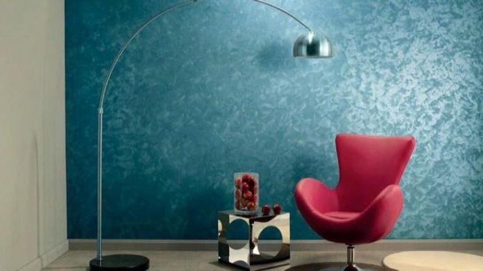 petrol farbe bedeutung, wandgestaltung, petrol wand, rosa sessel, stehlampe, lampendesign, dekor ideen
