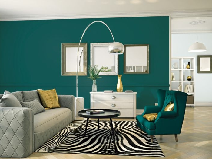 petrol farbe bedeutung, wandgestaltung, wanddeko harmoniert mit einem sessel, zebra print teppich, wanddeko ideen