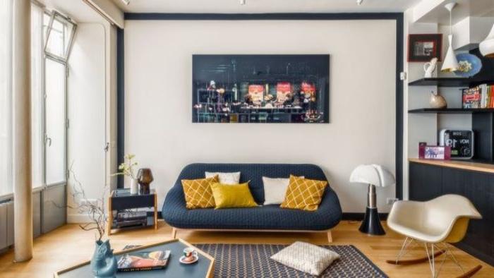 petrol farbe bedeutung, graues sofa mit gelben deko kissen, wandbild, sessel