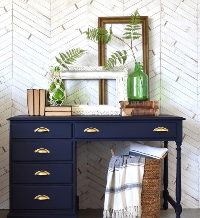 petrol farbe bedeutung, zimmergestaltung ideen, schrank in petrolfarbe dunkel in blauen nuancen, spiegel, grüne vase