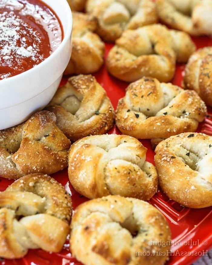 Pizza Knoten selber backen, mit Tomatensauce garnieren, Fingerfood für Kinder