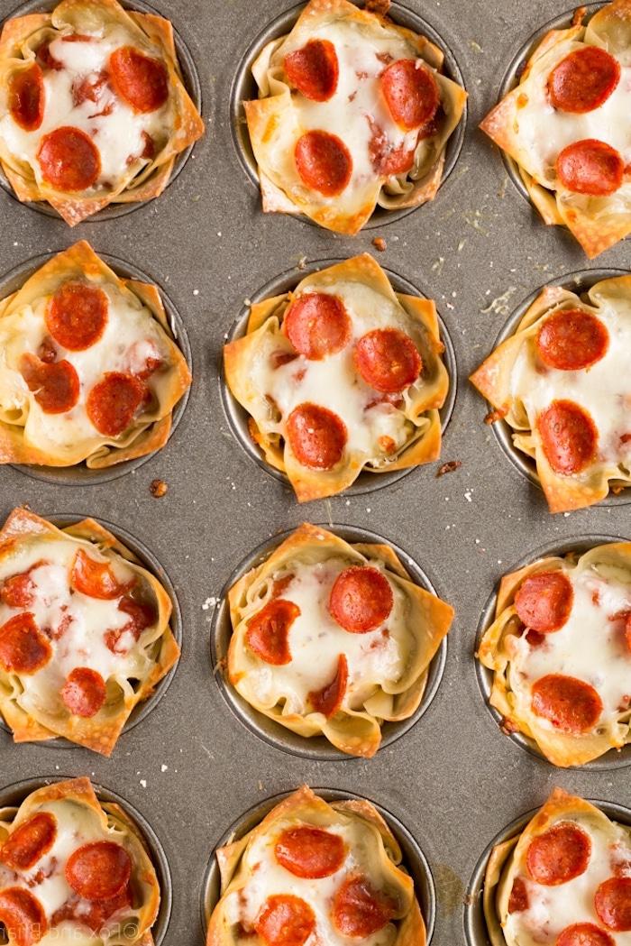 Mini Pizza aus Blätterteig mit Chorizo, einfaches und schnelles Rezept für Party Fingerfood