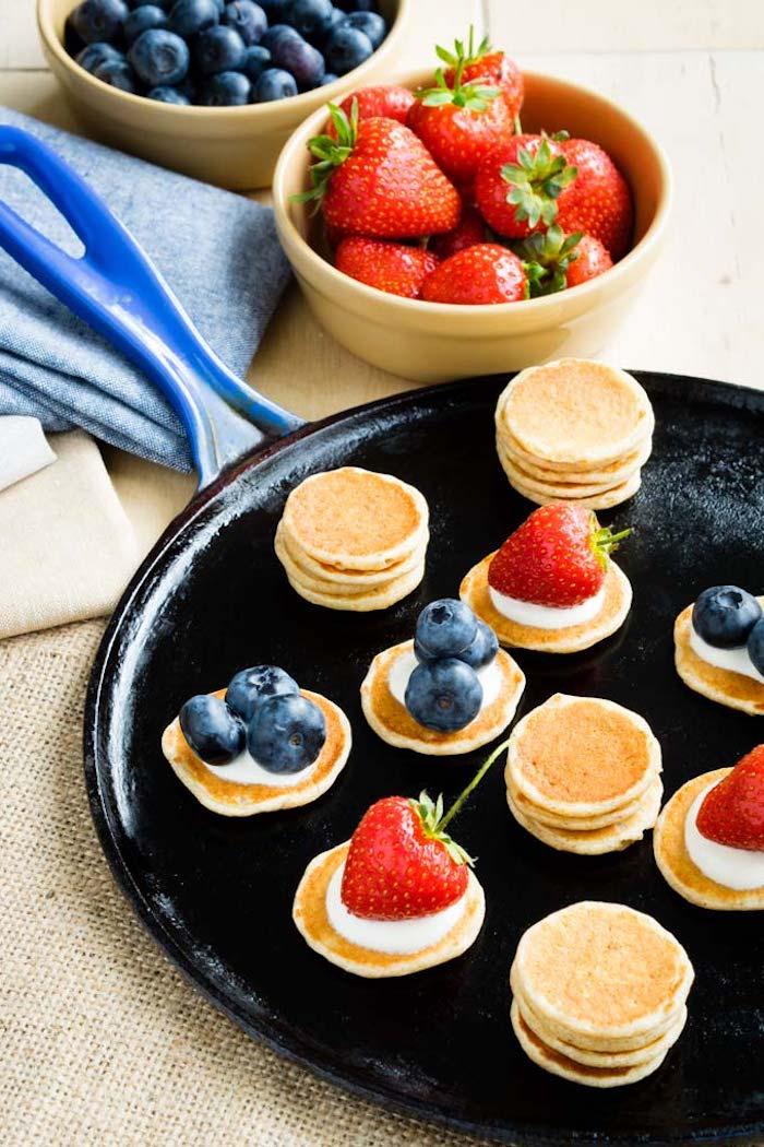 Mini Pfannkuchen mit Vanillecreme und Beeren, Idee für schnelles und leckeres Party Essen