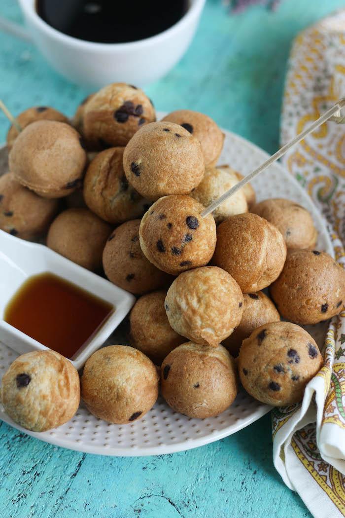Mini Pfannkuchen mit Schokoladenstückchen, mit Ahornsirup anrichten, leckeres Fingerfood für Kinderparty