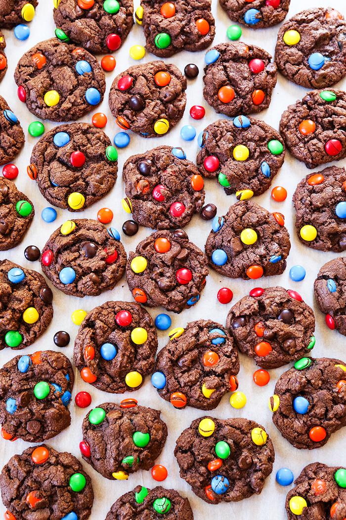 Schokokekse mit M&M, selbstgebackene Leckereien für Kinderparty, süße Snacks