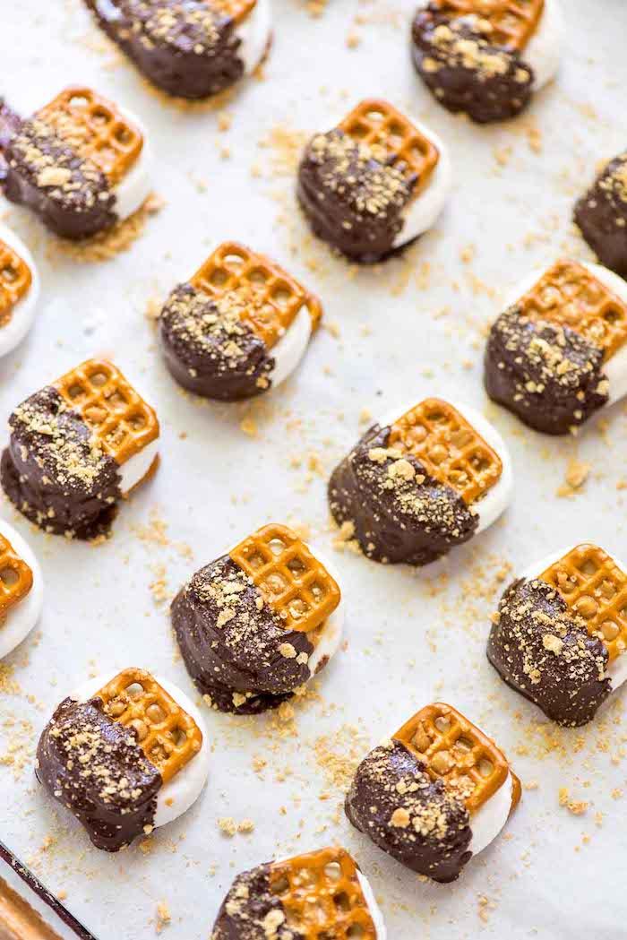 Mini Brezeln mit Marshmallows, Schokolade und Nüssen, kleine leckere Snacks für Kinderparty