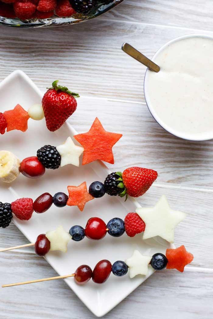 Obst Spieße selber machen, coole Idee für Sommerparty, Beeren Kirschen und Sternchen aus Wassermelone