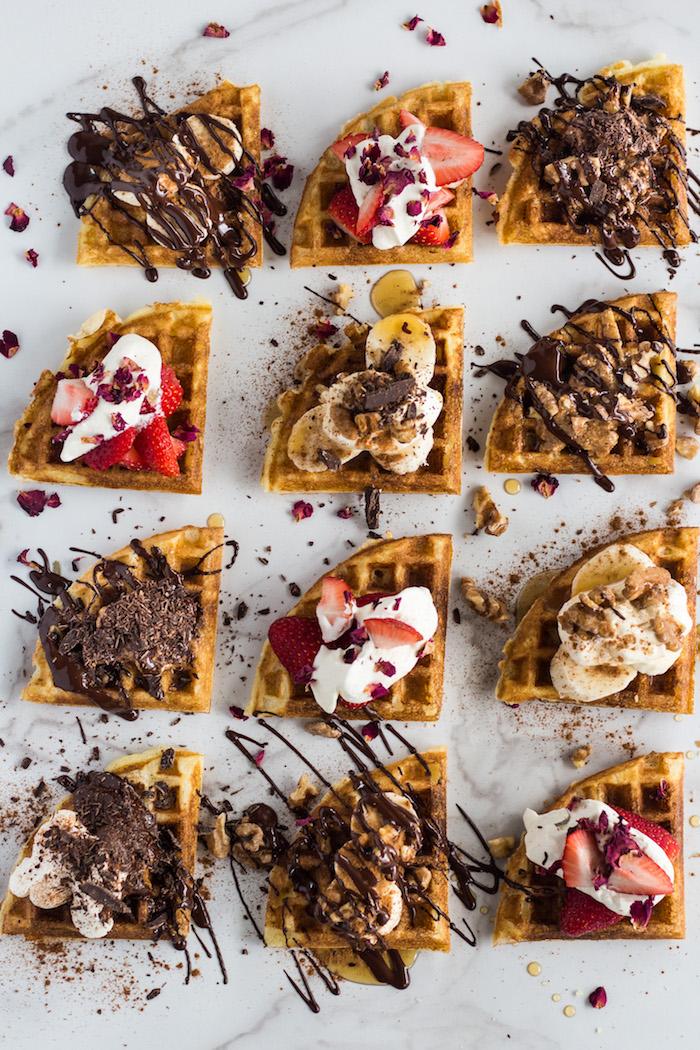 Waffeln mit Eis, frischen Früchten und Schokoladenglasur, süße Snacks für Kinderparty