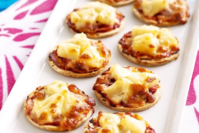 Mini Pizza mit Schinken und Parmesan, einfaches Fingerfood Rezept, schnelle Snacks für Party
