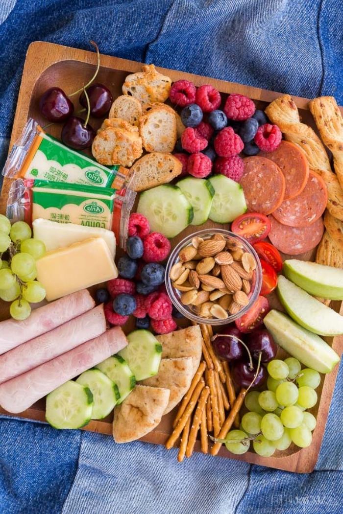 fingerfood rezepte einfach, partyesen ideen, picknickessen einfach, schinken, gurken, käse, crackers