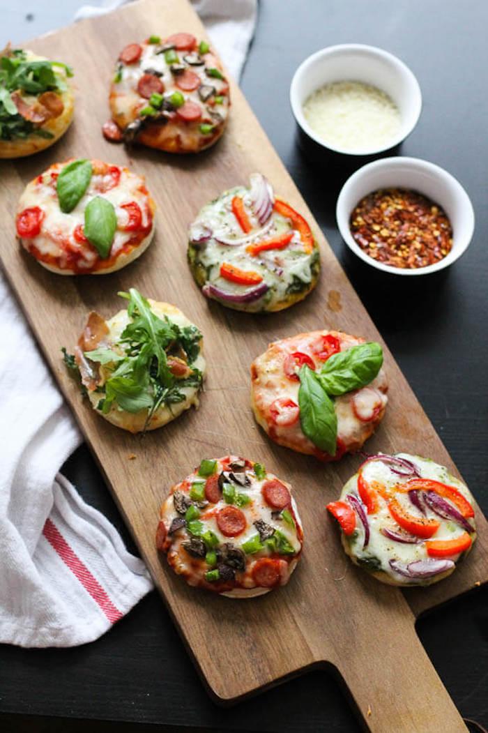 Schnelles Fingerfood Rezept für Party, Mini Pizza mit Chorizo Zwiebel Tomate und Paprika