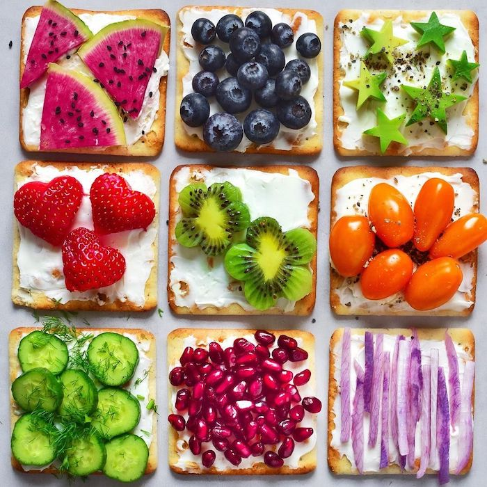 Einfaches und schnelles Fingerfood Rezept für Party, Toasts mit Obst und Gemüse, leckere und gesunde Snacks für Kinder