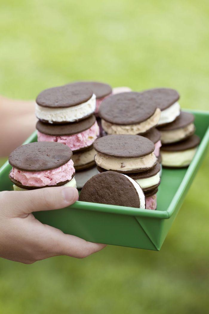 Fingerfood Idee für Sommerparty, Sandwiches aus Kakao Keksen mit Eis, leckeres Party Essen für Kinder