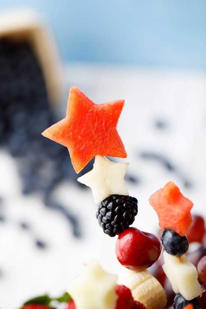 Party Spieße mit Frischobst, Partyessen für Kindergeburtstag, leckere und gesunde Snacks für Kinder, Stern aus Wassermelone