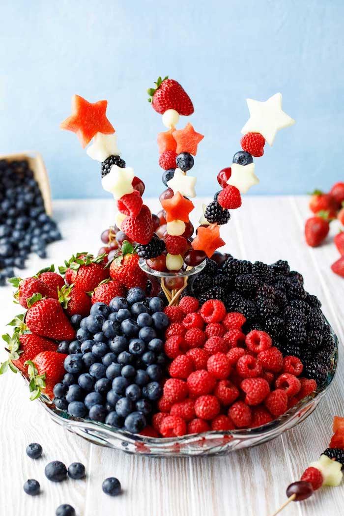 Party Spieße für Kindergeburtstag, mit Beeren und Sternen aus Wassermelone, gesunde Snacks für Kinder
