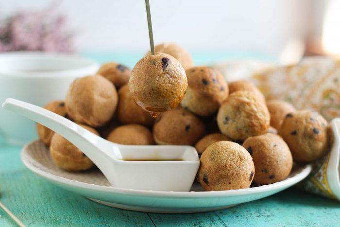 Mini Pfannkuchen mit Schokoladenstückchen, mit Ahornsirup garnieren, kleine Häppchen für Gäste