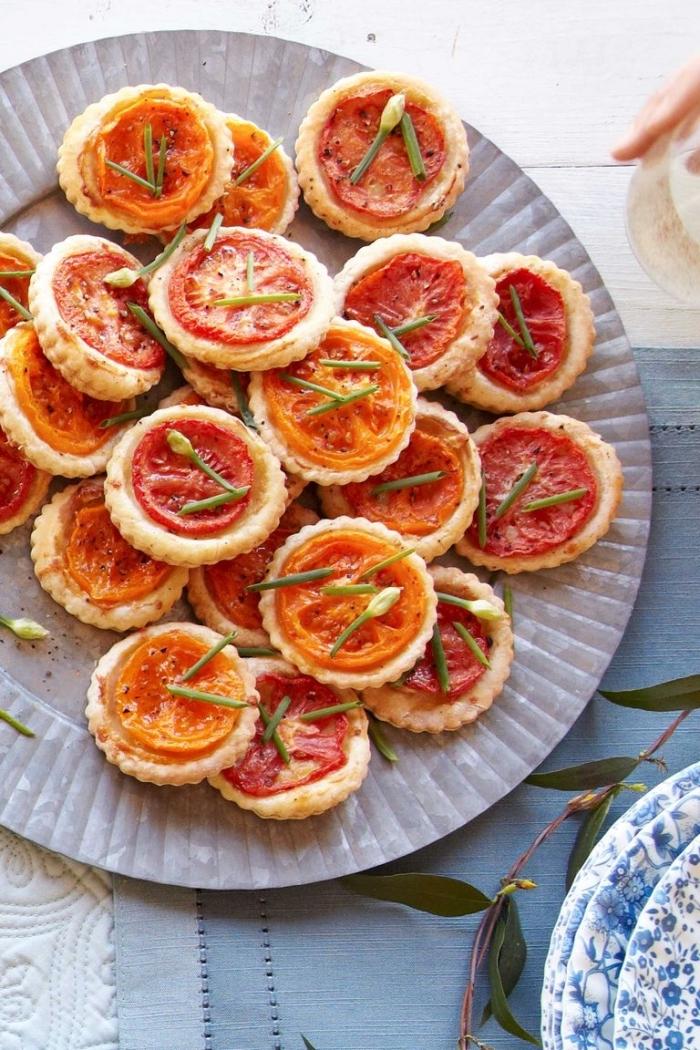 fingerfood schnell, mini tarts mit tomaten und kräutern, picknick essen, snacks