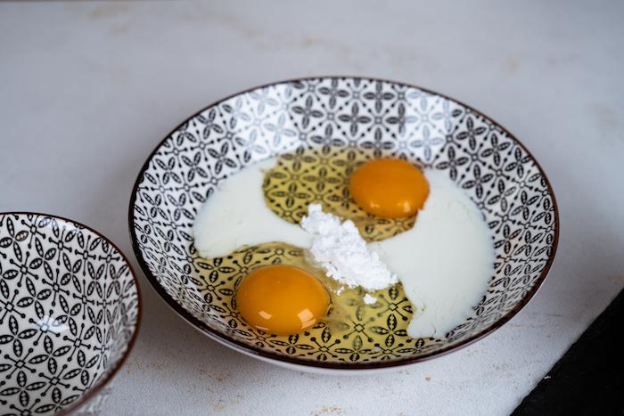 Eier mit Milch und Puderzucker verquirlen, Eiermischung für Arme Ritter Rezept
