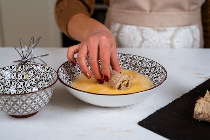 French Toast Roll-Ups in Eiermischung tunken, schnelles Frühstück Rezept