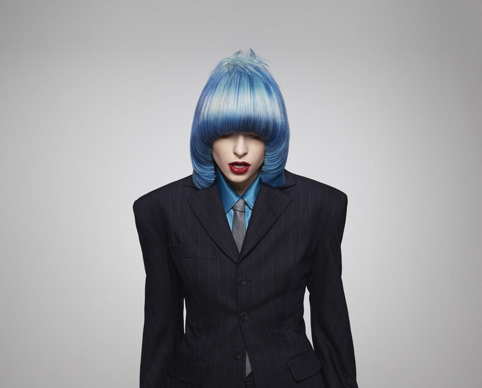 haarfarbe 2020, blaues haar frisur ideen, glattes glänzendes haar, schwarze kleidung, kreative outfits