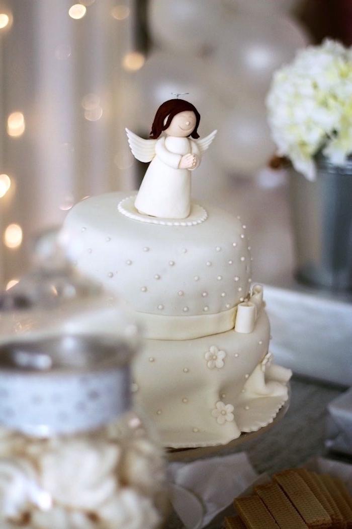 gastgeschenke konfirmation, eine schöne torte mit weißem fondant und engel figur als deko