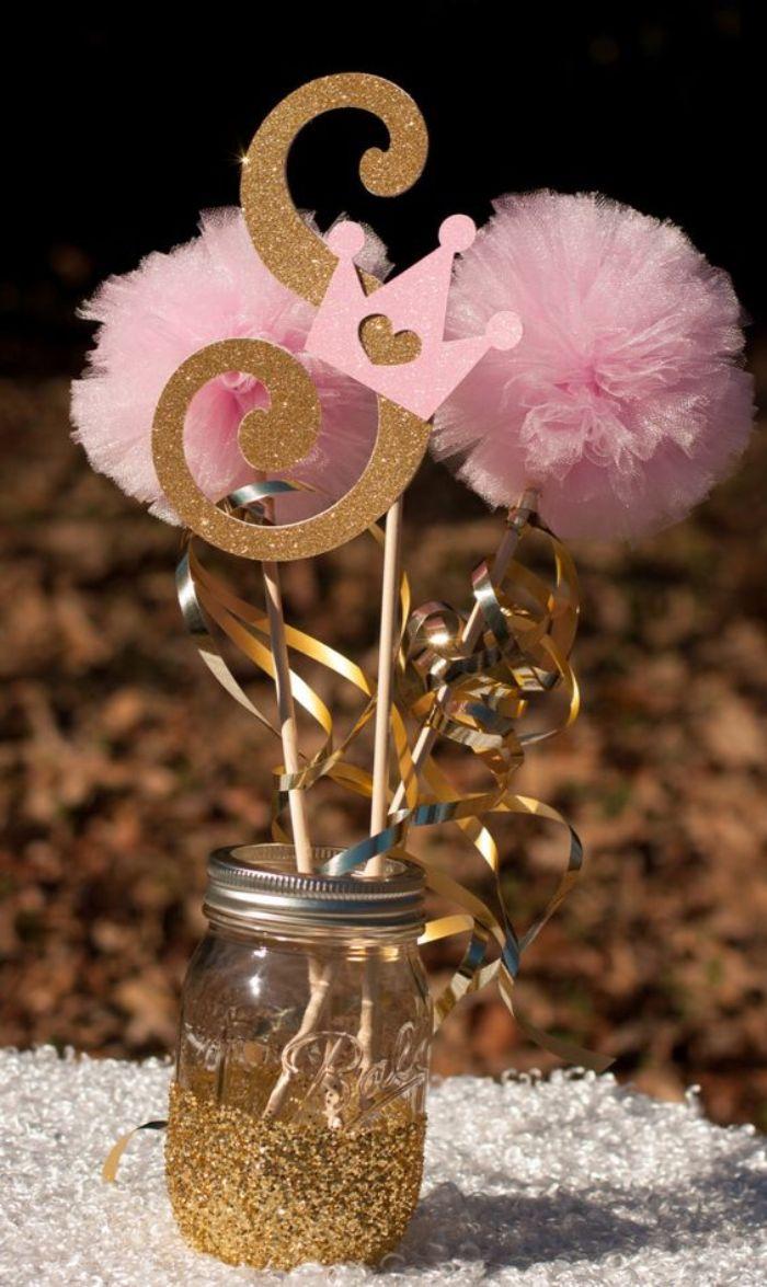taufe deko ideen für ein mädchen taufparty, akzent auf details, rosa pompoms kleine krone rosa und gold deko
