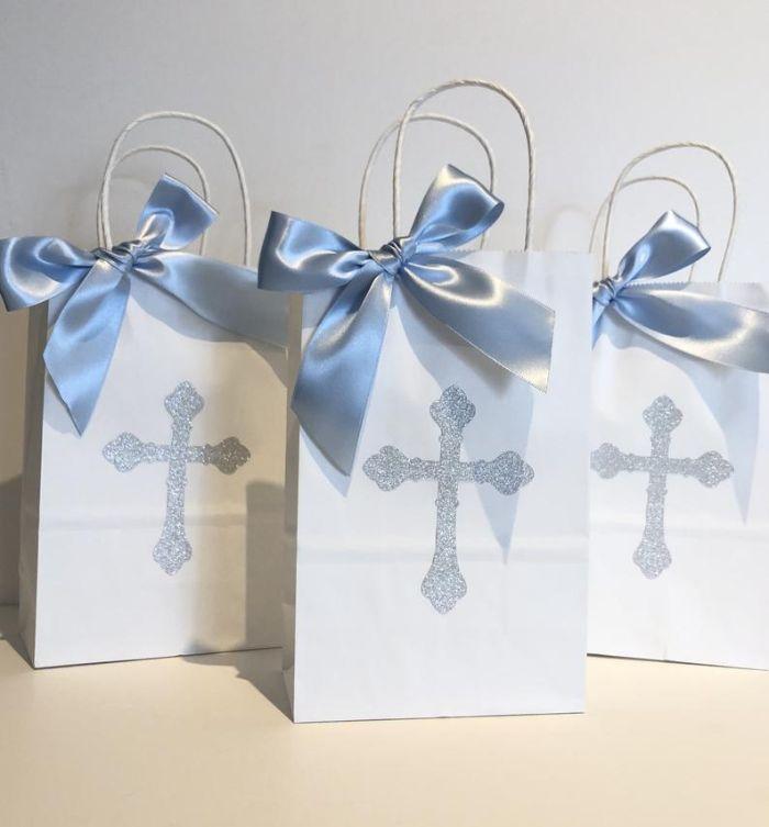 taufe deko ideen gastgeschenke in weiß mit blauen schleifen und deko kreuzen