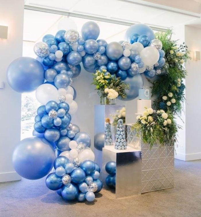 gastgeschenke konfirmation, viele balloons in weiß und blau für die taufparty von einem jungen