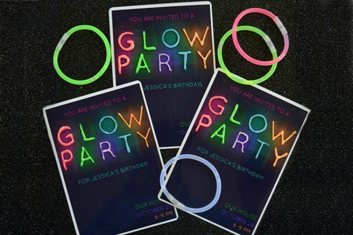 einladungskarten zum geburtstag selber machen, glow in the dark party idee, glühende neonfarben aufschrift