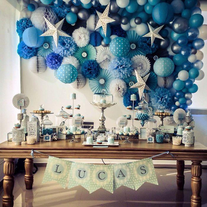 servietten taufe, blau und weiße serviettendekorationen, wolken und sterne motive auf der party vom baby, lucas