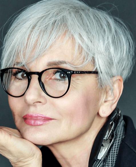 haar trend 2020, eine ältere dame mit weißen haaren, lesebrille, kurze haarfrisur