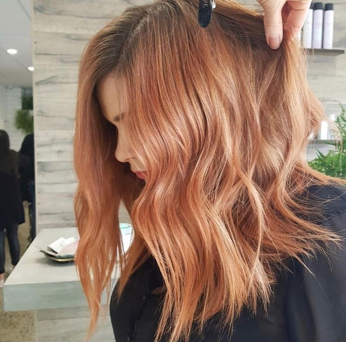 haartrends 2019, ronze haarfarbe beim frisör färben lassen, wellen in den haaren, haarmode