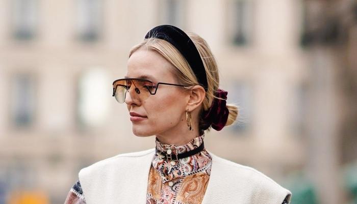 haarfarben trends 2019, blondes haar mit vielen accesssoires, diadem, haargummi, kette