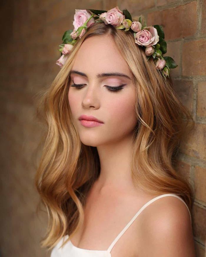 haartrends 2019, blumenkranz auf dem kopf, rosablumen auf dunkelblondem haar, lange haare mit wellen
