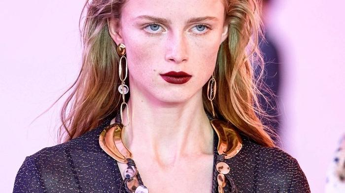 haarfarben 2020, mode podium foto von einem model auf der bühne, lange haare, natürliche farbe, dunkelroter lippenstift