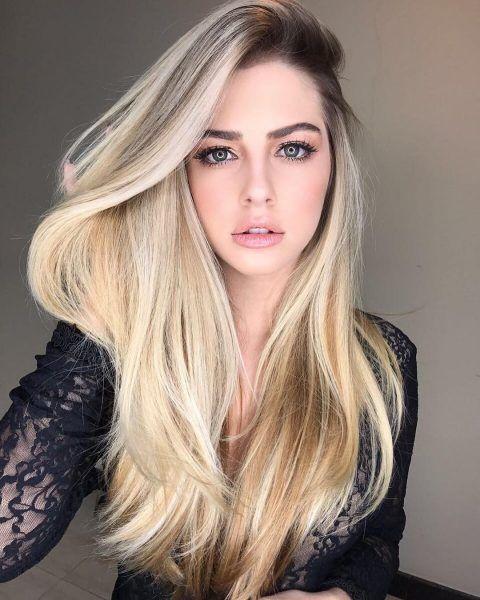 haarschnitt 2019, langes glattes haar von einer model, perfekte blonde haarfarbe und dunkle ansätze