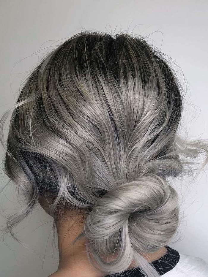 haarschnitt 2019 2020, gebundene haare, niedrige hochsteckfrisur, haare grau färben, graue haare