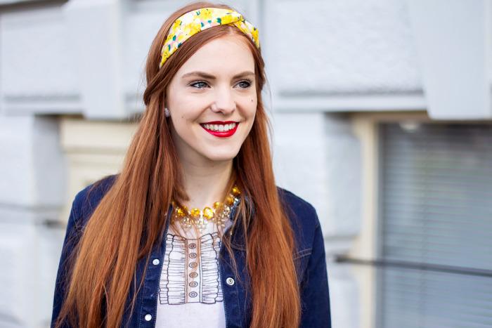 haartrends 2019, langes glattes haar mit haarband deko, haarschmuck, natürliche rote haarfarbe