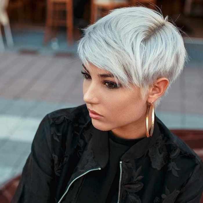 haar trend 2020, eine junge frau mit weißen haaren, große ohrringe, runde haare