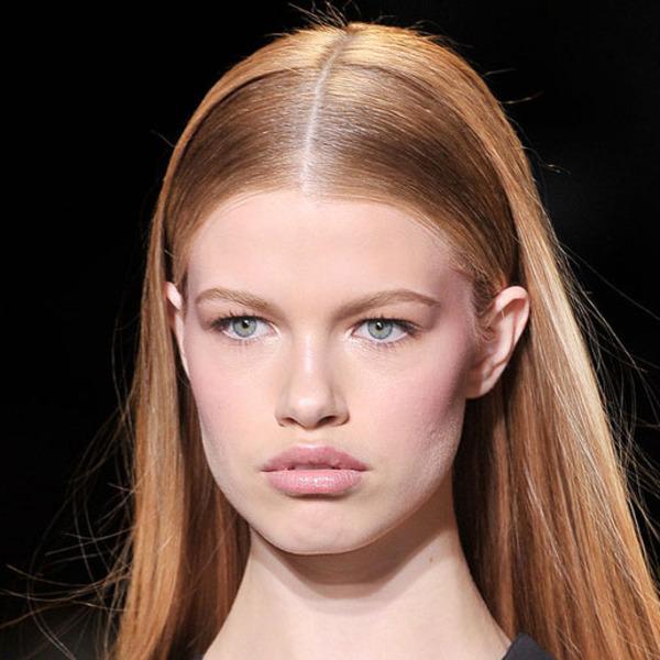 frisur trend 2019, eine model mit dunkelblonden zu roten haaren, haartrends, blaue augen