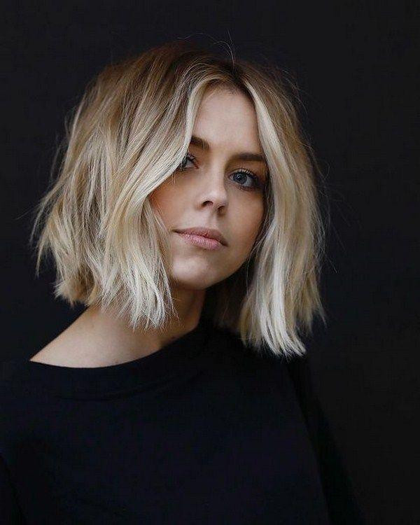 frisur trend 2019, schulterlange haare mit wellen, blonde haarfarbe, schwarze bluse