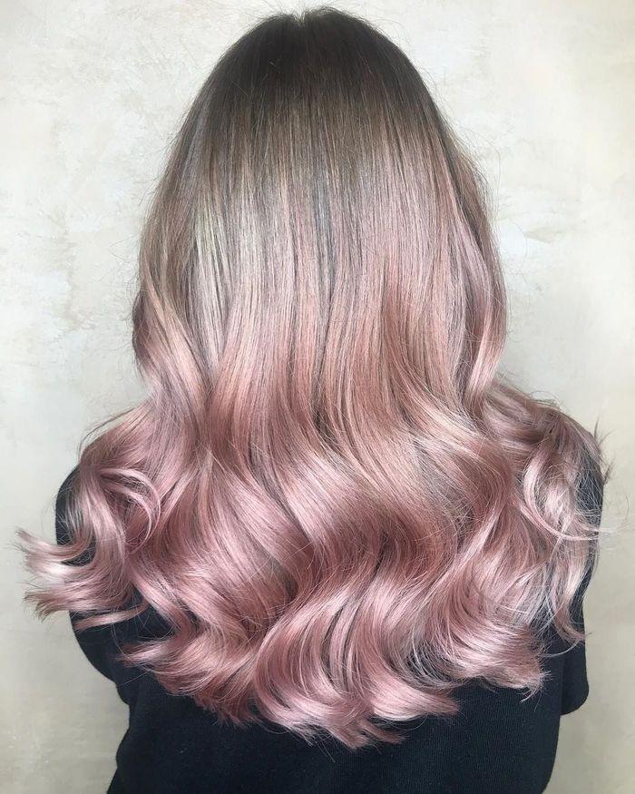 haar trend 2019, buntes haar, rosa haare, dunkle ansätze, rosa haare, locken in den haaren