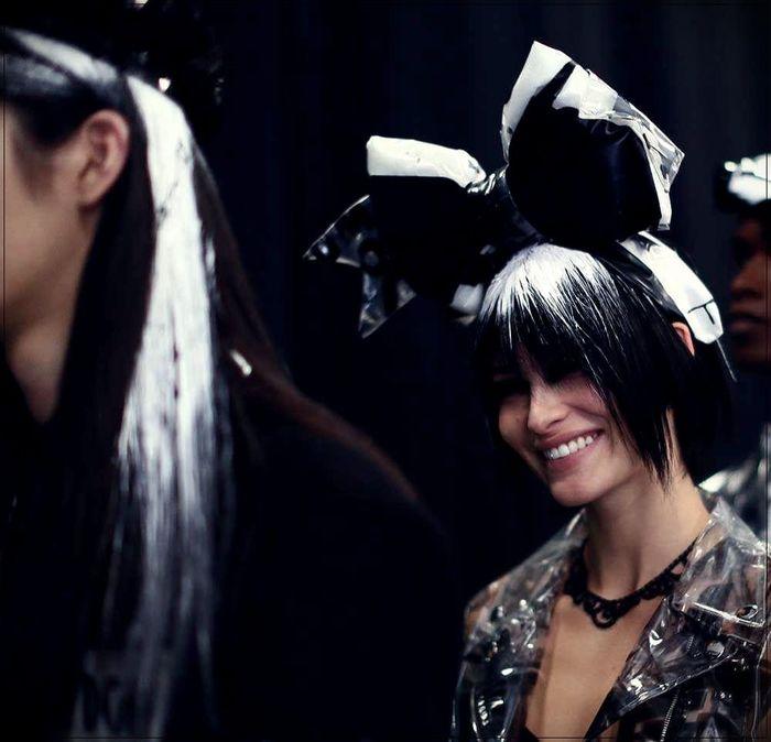 haar trend 2020, schwarzes haar mit weißer deko, ideen zum entlehnen von der mode bühne