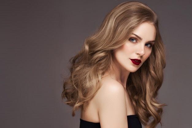 trend haarfarbe 2020, klassischer look für lange haare mit locken, dunkelrote lippen